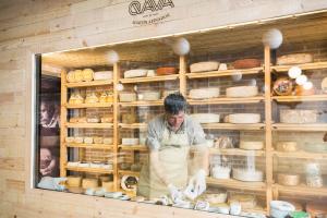 La quesería, un espacio para degustar quesos españoles.